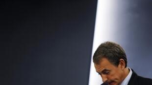 Les mesures d'austérité mises en place par le gouvernement socialiste de José Luis Zapatero pour maîtriser les comptes publics et éviter l'aide internationale ont largement contribué à l'atonie de la croissance.