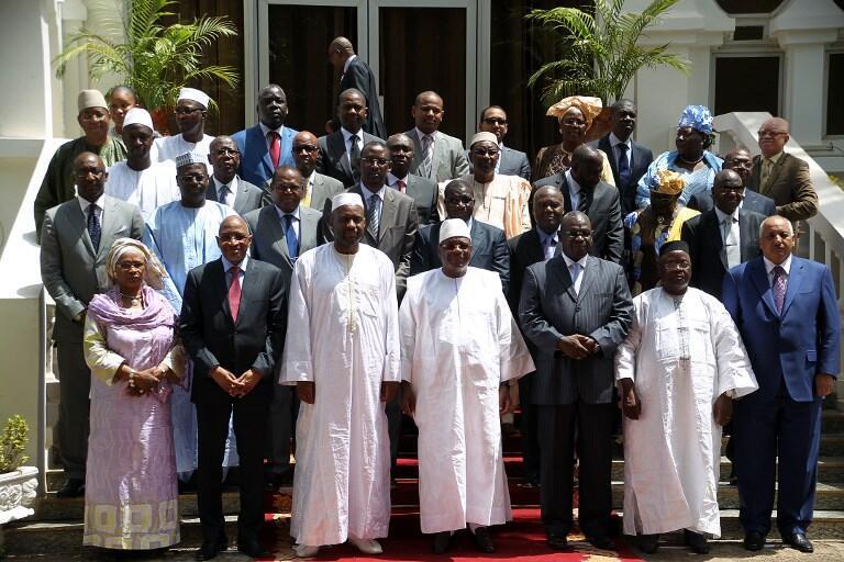 Sur cette photo du gouvernement malien du 16 avril 2014, on retrouve au centre Ibrahim Boubacar Keita et, à sa gauche, Mohamed Ali Bathily, alors ministre de la Justice. Les deux sont désormais rivaux pour le scrutin 2018.