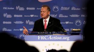 Roy Moore, candidat républicain à l'élection sénatoriale, est accusé par Leigh Cofman d'attouchement alors qu'elle n'avait que 14 ans à l'époque des faits.