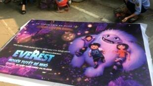 Poster quảng cáo cho phim Abominable (Everest: Người Tuyết bé nhỏ) của hãng DreamWorks bị gỡ xuống ở một rạp chiếu phim tại Hà Nội (Việt Nam) ngày 14/10/2019.