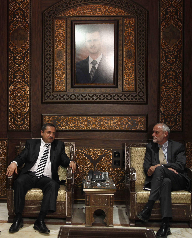 O ministro do Interior sírio, Mohammed al-Shaar (e), durante encontro com o presidente da Cruz Vermelha Internacional, Jakob Kellenberger (d), em Damasco, nesta terça-feira.