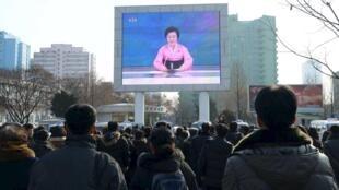 朝鲜平壤民众观看街头大型屏幕播放的电视节目