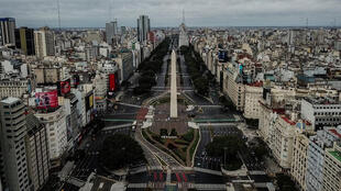 Una vista aérea muestra el Obelisco en la avenida 9 de Julio durante el segundo día del cierre impuesto por el gobierno en Buenos Aires, el 23 de mayo de 2021