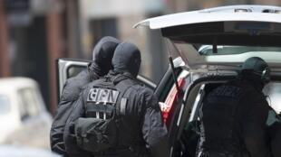 Французский полицейский спецназ прибывыет на место захвата заложников в отделении банка CIC в Тулузе 20 июня 2012 г.