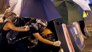Dimanche 28 juillet, des manifestants pro-démocratie ont pour la deuxième journée consécutive affronté la police à Hong Kong.