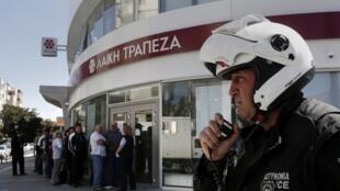 Небольшая очередь перед открытием банка на Кипре 28 марта 2013 года