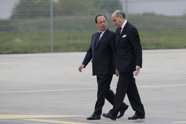 Французские газеты комментируют политику Франсуа Олланда (слева) и рассуждают об успехах и неудачах Лорана Фабиуса на посту министра иностранных дел Франции.
