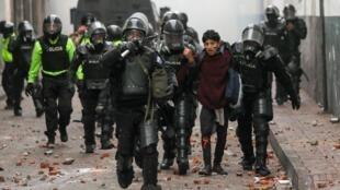 Os protestos violentos levaram a um recolher obrigatório nocturno nas duas maiores cidades do Equador.