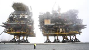 Les plateformes de production gazière et pétrolière Tyra East et Tyra Ouest qui sont en train d'être démantelées et recyclées, le 15 septembre 2020 au port de Frederikshavn.