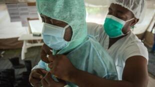 Equipes se preparam para receber desabrigados pela tempestade Isaias, no Haiti. (30/07/2020)