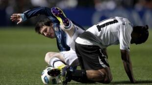 Lionel Messi (à gauche) et les Argentins à terre.