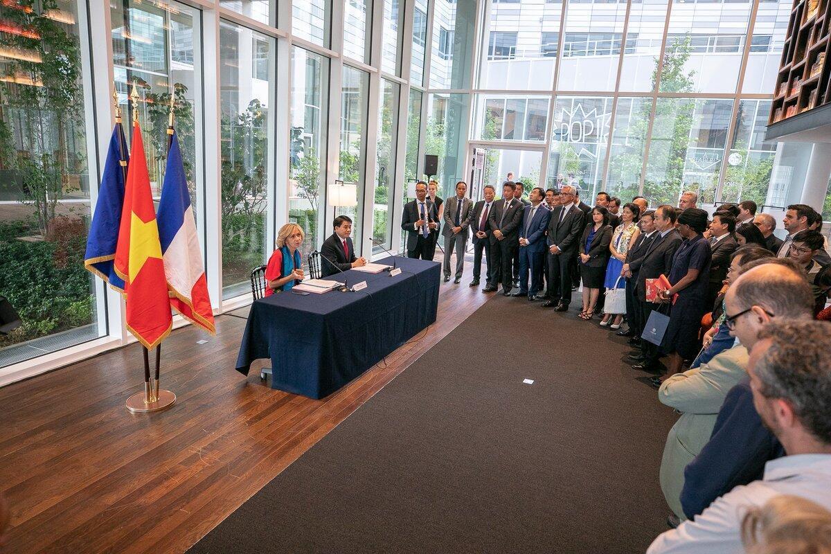 Chủ tịch vùng Ile-de-France Valérie Pécresse và chủ tịch Ủy ban Nhân dân thành phố Hà Nội Nguyễn Đức Chung ký chương trình hợp tác mới ngày 26/06/2018.