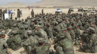 Des soldats afghans à l'entraînement à Kaboul, sous la supervision des instructeurs de la coalition.