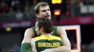 Tiago Spliter e Marcelinho Huertas se abraçam após vitória contra o Reino Unido.