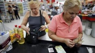 Senhoras durante compras em um supermercado em Caracas.