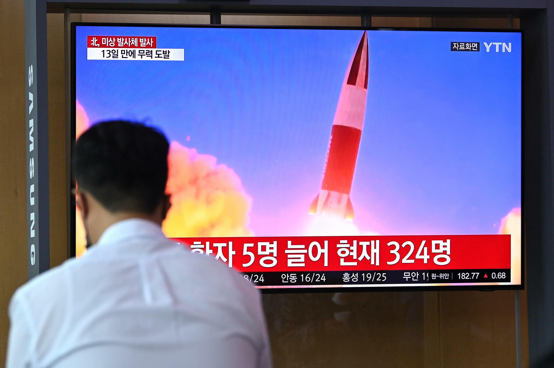 La TV surcoreana anuncia el disparo de Corea del Norte con imágenes de archivo de un ensayo balístico de Pyongyang