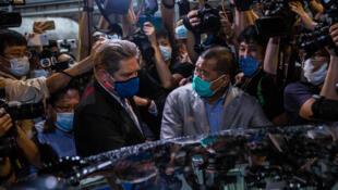 Le magnat de la presse, Jimmy Lai, est ressorti d'un commissariat de police à Hong Kong, dans la nuit de mardi 11 août à mercredi 12 août, vers minuit au milieu d'une foule de partisans