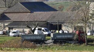 Les autorités sanitaires à Almayrac, dans le Tarn, où un foyer de grippe aviaire a été localisé dans un élevage de canards en décembre 2016.