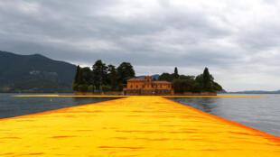 El artista Christo Vladimirov Javacheff invita al público a caminar sobre el agua del lago Iseo, en el norte de Italia.