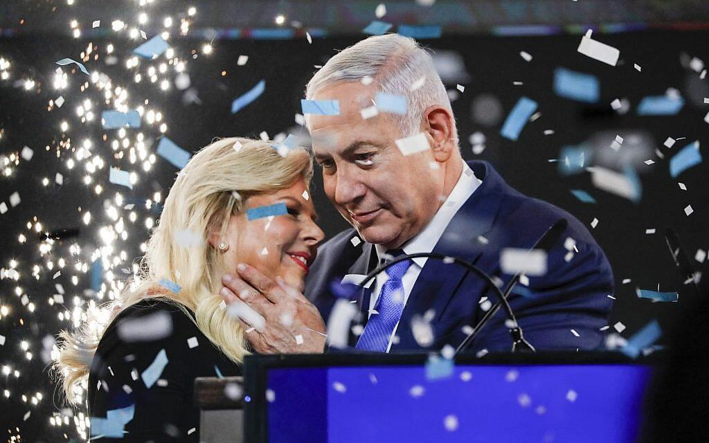 Benjamin Netanyahu e a sua esposa, Sara, na sede do Likud em Telavive, na noite de ontem, 9 de Abril de 2019.