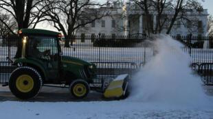 Neve sendo retirada da calçada diante da Casa Branca, em Washington.