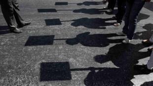Sombras de los manifestantes frente al Parlamento griego, en Atenas,este 18 de septiembre de 2013.