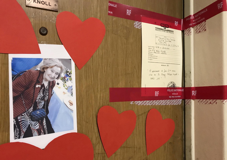 Cintas puestas por la policía y mensajes de cariño en la puerta del domicilio de Mireille Knoll asesinada en París. 27 de marzo de 2018.