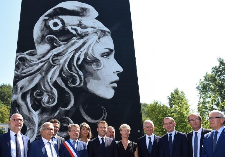 Президент Франции Эмманюэль Макрон, художница Изельт Диган и мэр Периге Антуан Оди на представлении новой Марианны