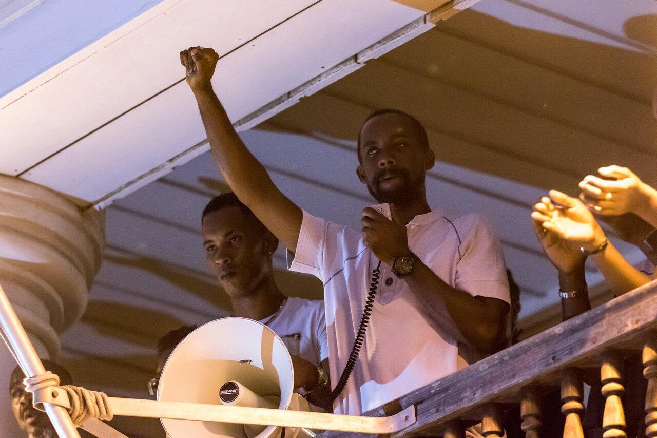 Davy Rimane, du collectif «Pou La Gwiyann dékolé», s'adresse à la foule depuis le balcon de la préfecture pour annoncer que la lutte continue. Cayenne, le 2 avril 2017.