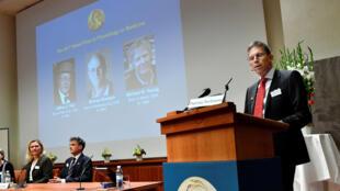Thomas Perlmann a anunciar o Prémio Nobel de Medicina 2017.