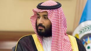 Thái tử Mohamed bin Salman, trong buổi ký thỏa thuận với bộ trưởng Quốc Phòng Anh Micheal Fallon tại hoàng cung tại Jeddah, ngày 19/09/2017.