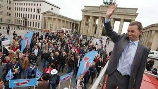 The leader of the euro-critical Alternative for Germany party Bernd Lucke in front of the Brandenburg Gate during an election campaign in Berlin
