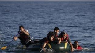 Refugiados tentando chegar à ilha grega de Kos.
