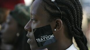 Una mujer manifiesta pacíficamente en Los Angeles, el 15 de julio de 2013, contra el fallo del juicio a George Zimmerman.