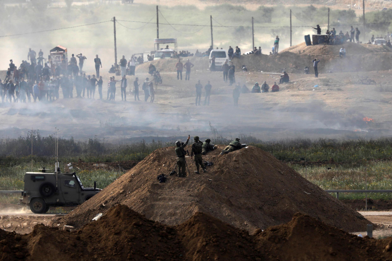 Des soldats israéliens se positionnent aux abords de la frontières qui sépare Israël de la bande de Gaza le 5 avril 2018.
