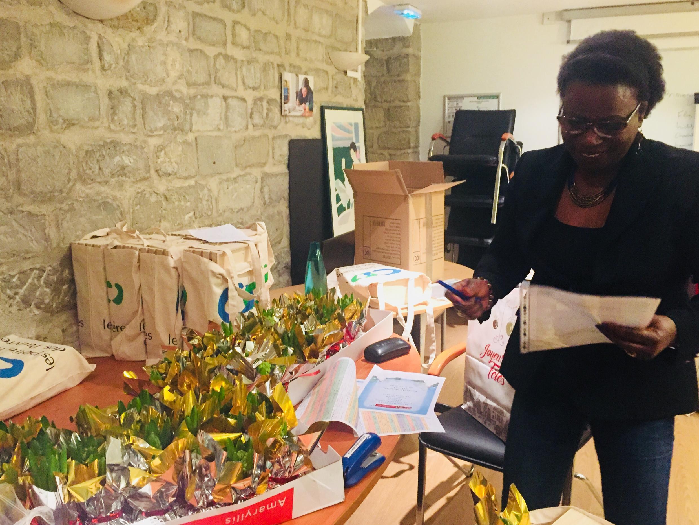 Chị Joséphine, tình nguyện viên của Hội Anh Em của Người Nghèo, đang chuẩn bị quà Noel.