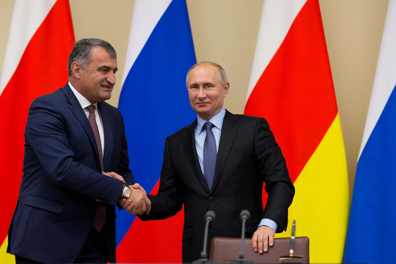 Анатолий Бибилов во время встречи с президентом РФ Владимиром Путиным в Ново-Огарёво. 14 ноября 2017 г.