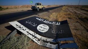 Un drapeau de l'organisation Etat islamique sur la route de la base militaire d'al-Al-Fatiha, au sud d'Hawija, le 2 octobre 2017.