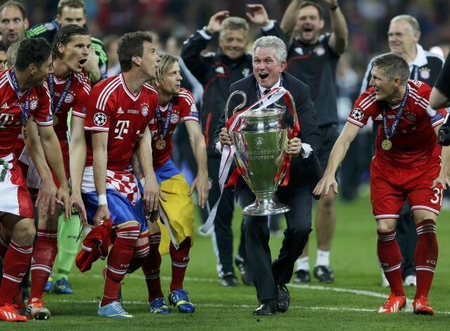 Huấn luyện viên Jupp Heynckes cùng các học trò ăn mừng chiếc Cúp vô địch C1 châu Âu thứ 5 của Bayern Munich được trao trên sân Wembley Luân Đôn tối 25/5/2013.