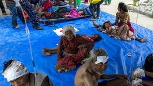 Com hospital superlotado, feridos são atendidos na calçada em frente ao serviço de urgências em Dadhing Besi, no Nepal