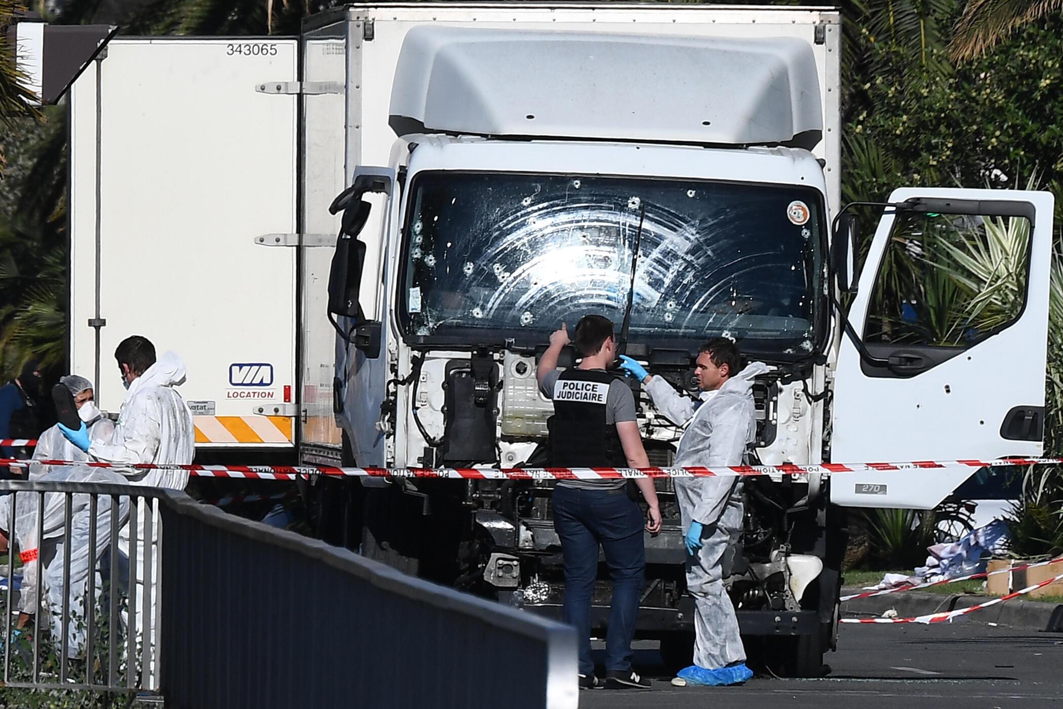 Caminhão usado em ataque ficou  crivado de balas.