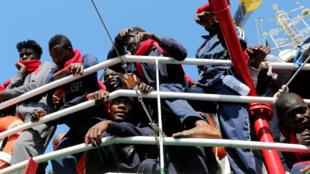 INTERDICTION NE PAS UTILISER Des migrants à leur arrivée à Crotone, en Italie, après avoir été secouru par l'équipage de l'ONG Save the Children au large de la Libye, le 21 juin 2017.