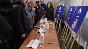 Devant des photos des victimes de l'attaque meurtrière contre l'Hyper Cacher en 2015, à Paris le 9 janvier 2017 (photo d'illustration).