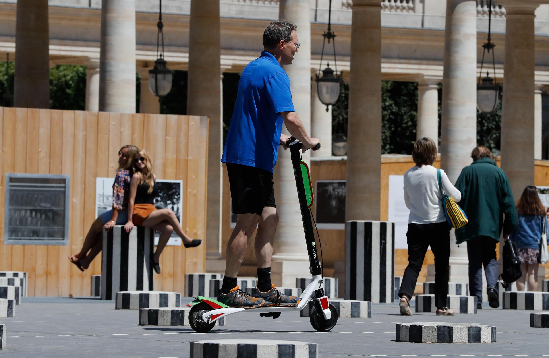 Parisienses reclamam que patinetes invadem espaços para pedestres.