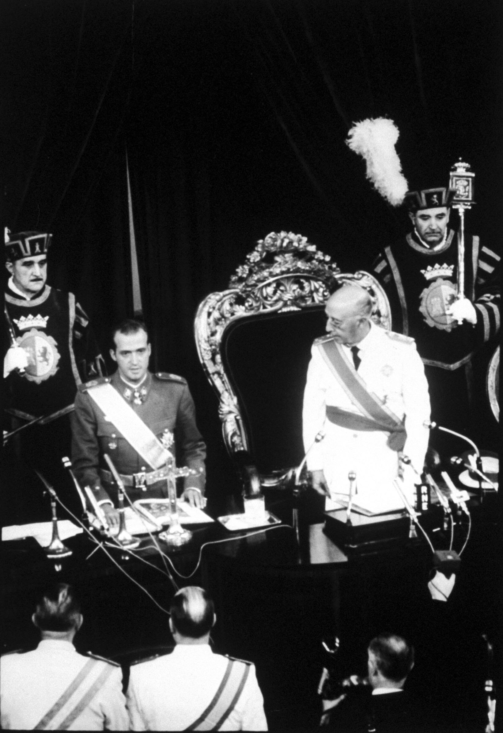En Espagne en juillet 1969, le général Francisco Franco présente le prince Juan Carlos comme son successeur, au Cortes, en juillet 1969