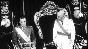 En Espagne, en juillet 1969, le général Francisco Franco (D) présente le prince Juan Carlos comme son successeur, au Cortes, en juillet 1969.