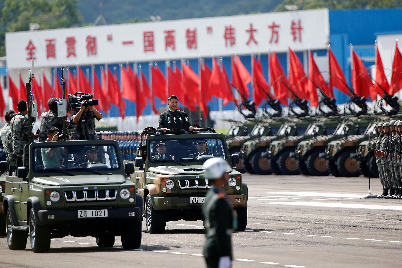 Xi Jinping passa em revista as tropas em desfile comemorativo em Hong Kong.