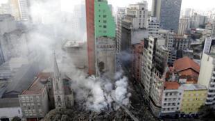 Imagens dos escombros do prédio no centro histórico de São Paulo foram divulgadas pela imprensa internacional.