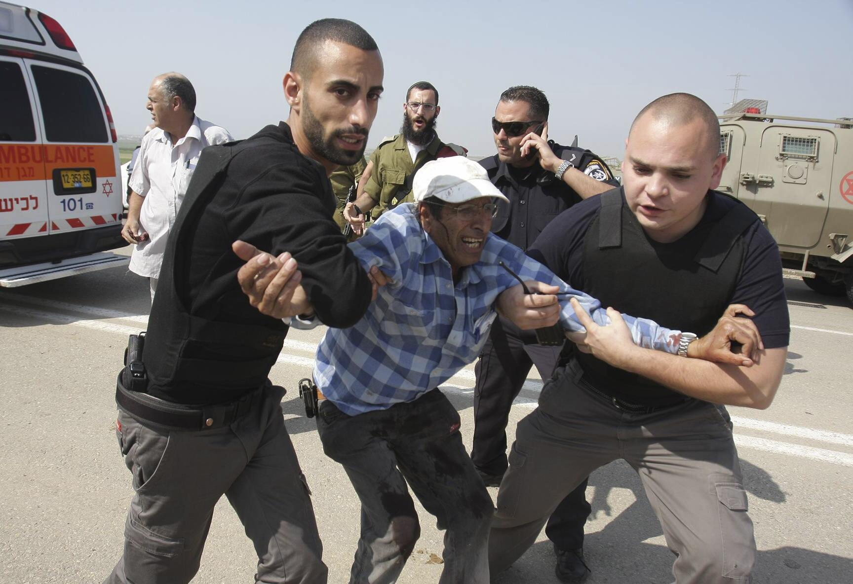 Motorista israelense é socorrido após lançamento de foguete palestino da Faixa de Gaza contra o sul de Israel.