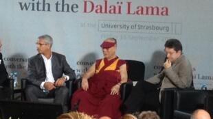 2016年9月16日,达赖喇嘛在法国斯特拉斯堡大学医学院参加主题座谈会。